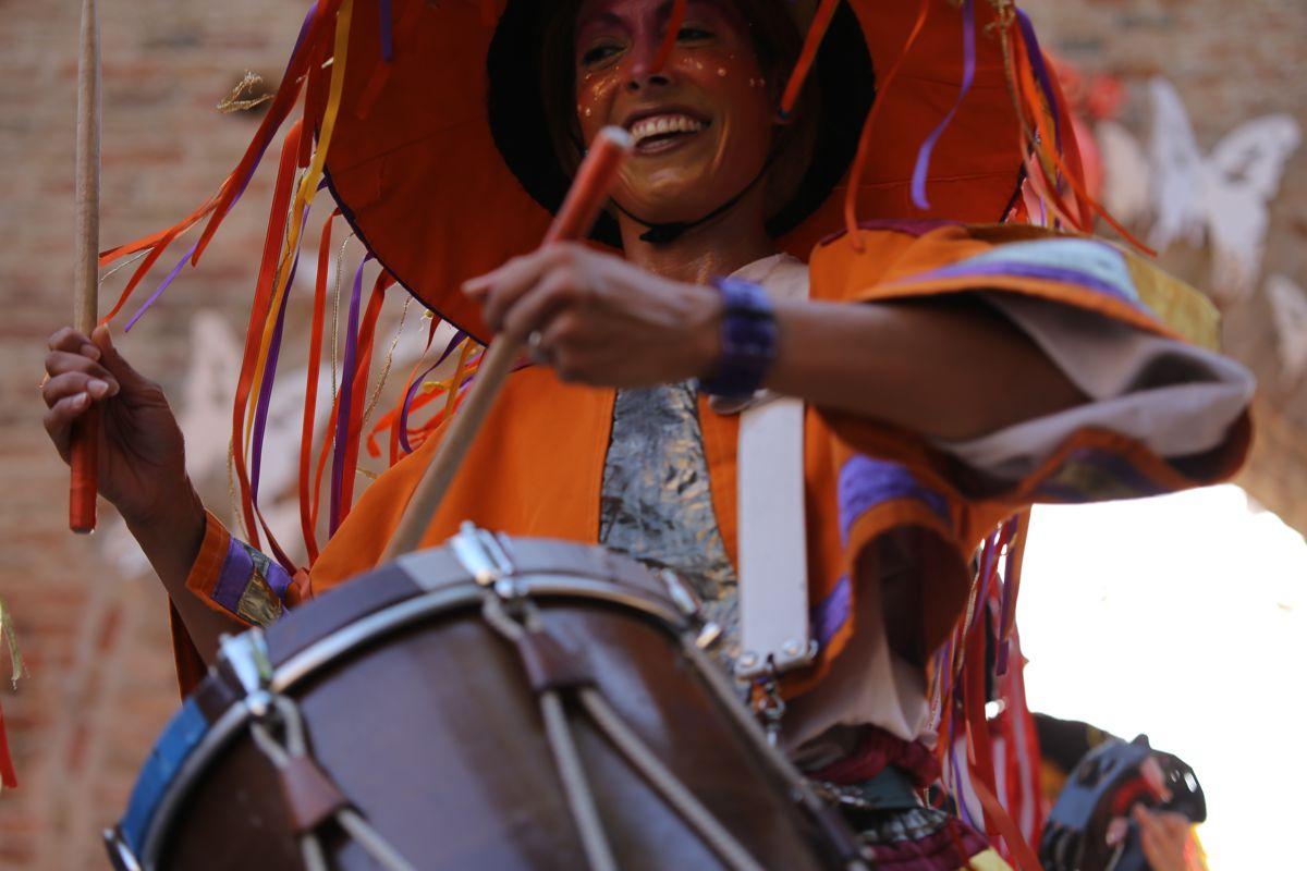 Musicista suona il Tamburello